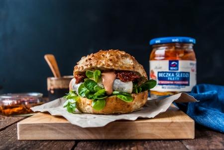 Burger z marynowanym śledziem